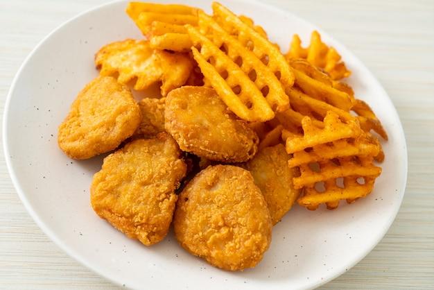 Bocconcini di pollo fritto con patate fritte alla piastra