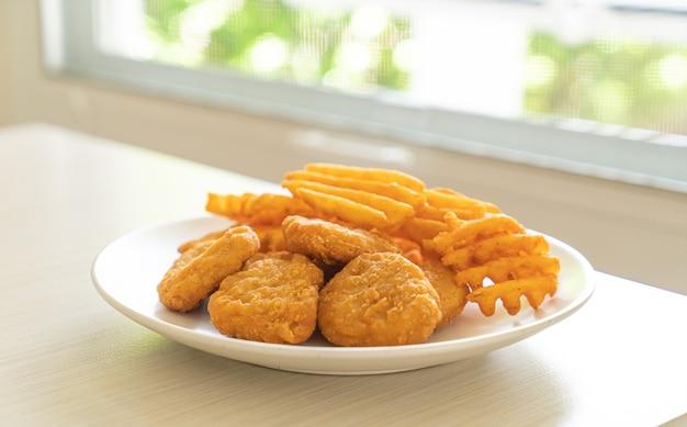 Bocconcini di pollo fritti con patate fritte alla piastra