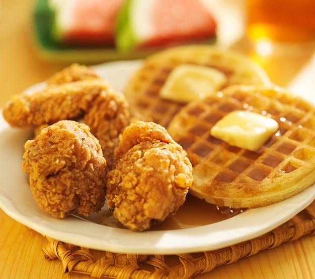Pollo fritto e cialde su un piatto