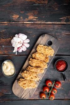 Parti di ali di pollo fritte su legno scuro