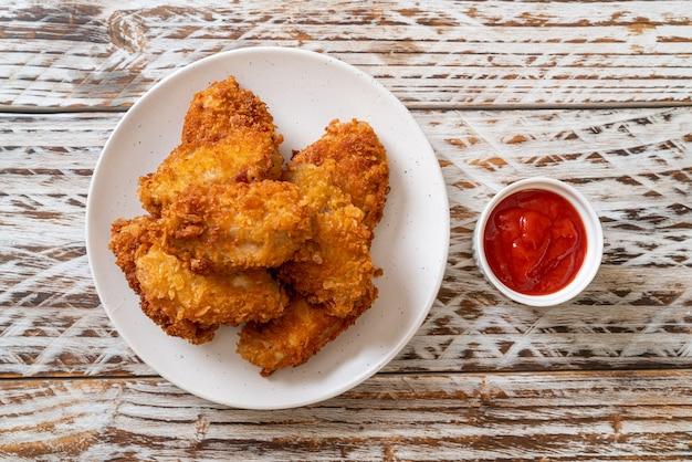 Ali di pollo fritte con ketchup