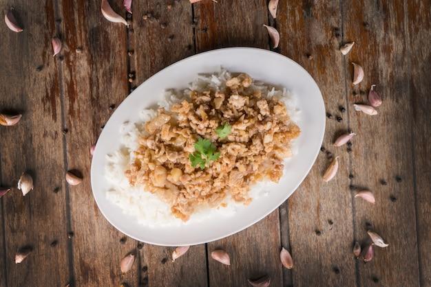 Pollo fritto con aglio su riso.