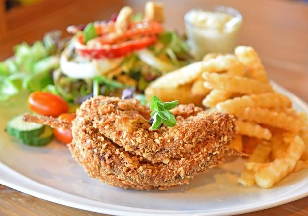 Pollo fritto con insalata