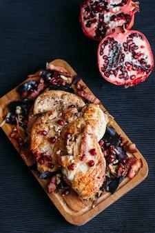 Pollo fritto su fondo di legno