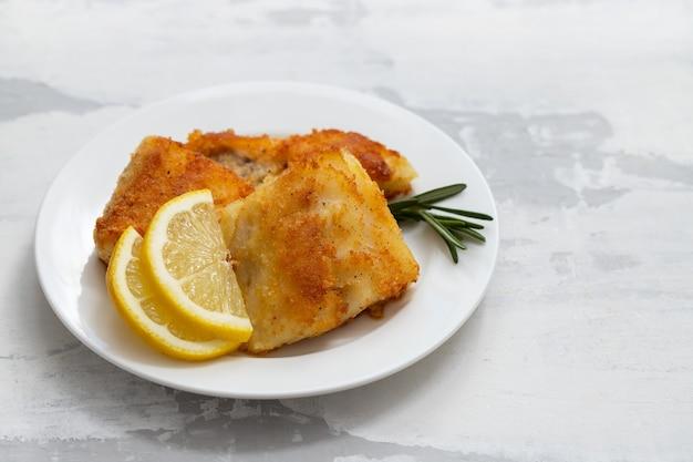 Baccalà fritto con limone sulla zolla bianca