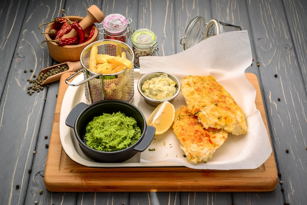 Baccalà fritto con patate e salsa