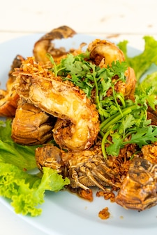 Gamberi fritti o gamberetti di mantide con aglio. stile di pesce
