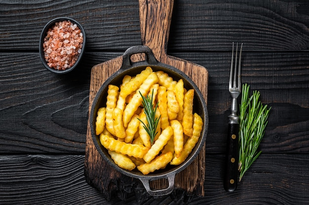 Fried crinkle french fries patate in padella