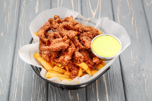 Pepite di pollo croccanti fritte con patatine fritte e ketchup