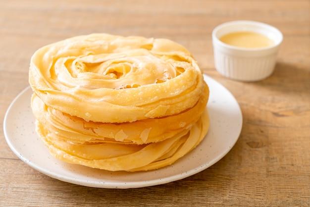 Pasta roti croccante fritta con latte condensato zuccherato