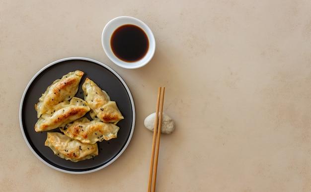 Gnocchi fritti con salsa di soia. gyoza. mangiare sano. cibo vegetariano.