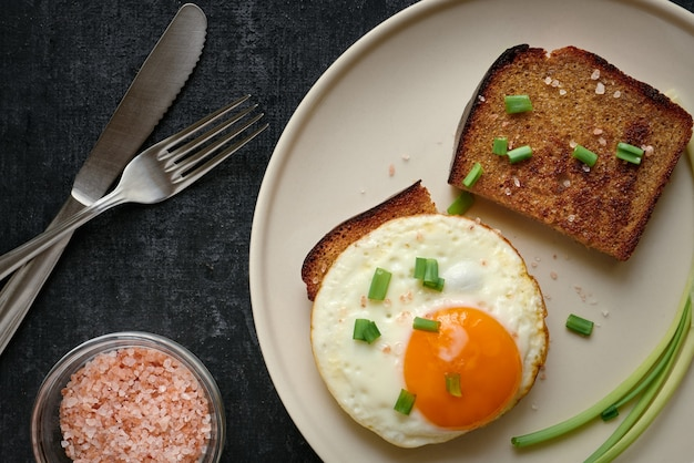 Uovo fritto e fette di pane fritto di segale si chiudono