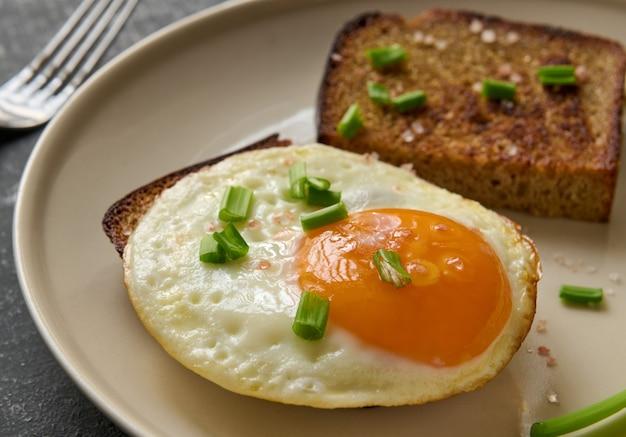 Uova fritte e fette di pane fritto di segale