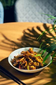 Melanzane fritte in salsa agrodolce con peperoni e pomodori. ricetta e cucina cinese