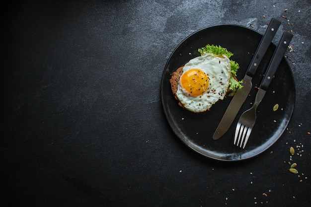 Uova fritte nella prima colazione sana dell'avocado