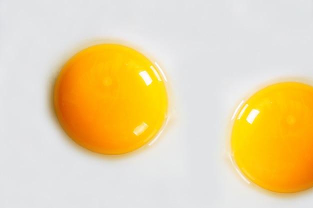 Uova fritte . un sottofondo .