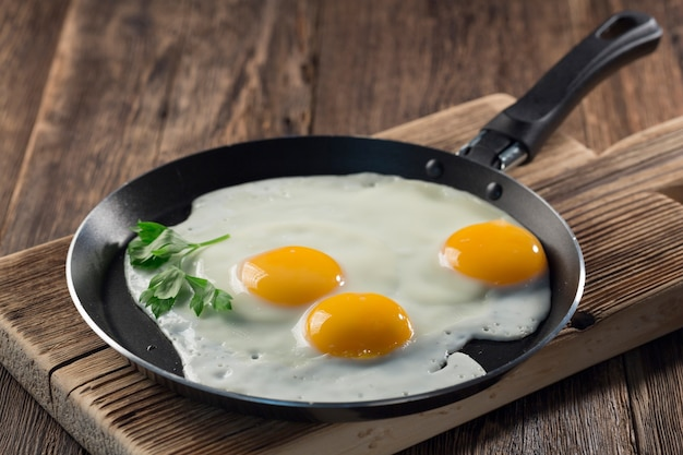 Uova fritte in un primo piano di una padella: colazione sana
