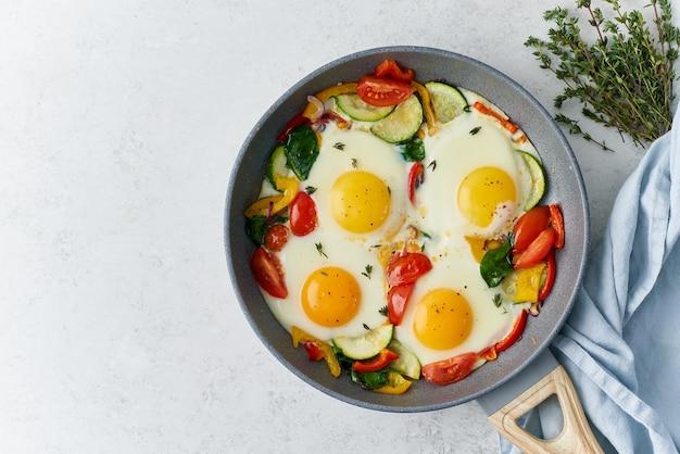 Uova fritte in camicia con verdure su ricetta fodmap pasto keto padella di teflon