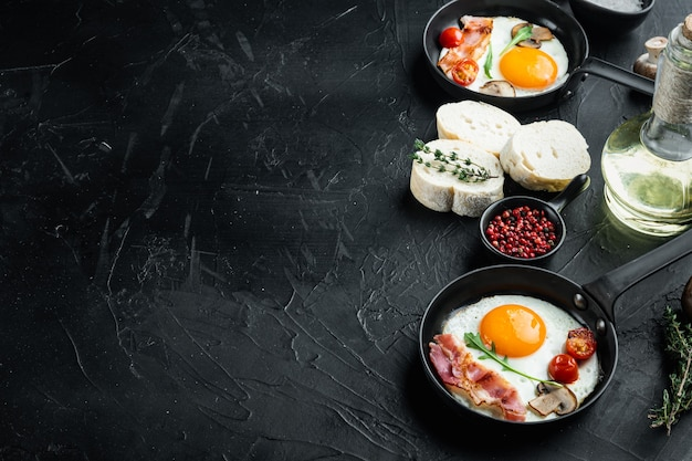 Uova fritte con pancetta e verdure in padella in ghisa, sulla tavola nera