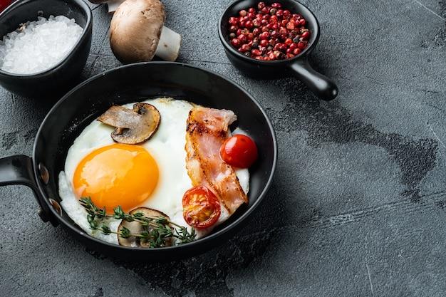 Uova fritte con pancetta e verdure messe in padella in ghisa