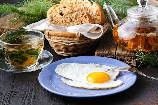 Uova fritte con toast e bevande, colazione tradizionale
