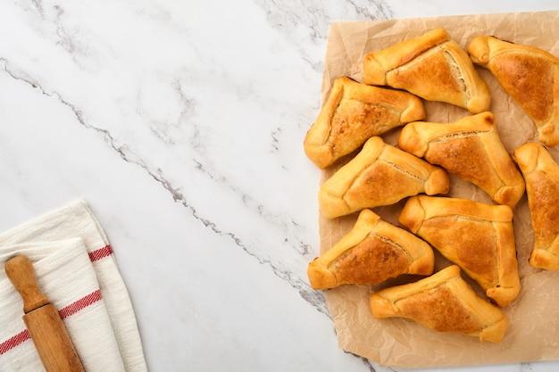 Empanadas fritte con salsa di coriandolo, carne, uova, pomodoro e peperoncino su sfondo bianco. concetto di festa dell'indipendenza dell'america latina e del cile.