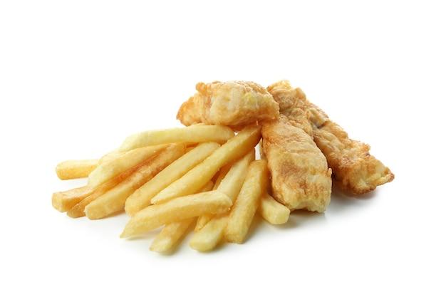 Pesce fritto e patatine fritte isolati su bianco