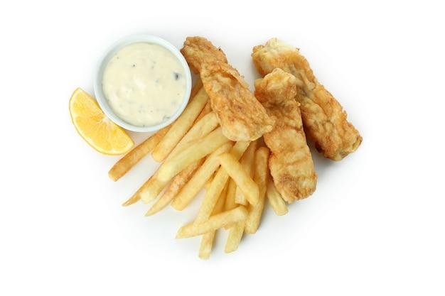Pesce fritto e patatine fritte, salsa e limone isolato su bianco