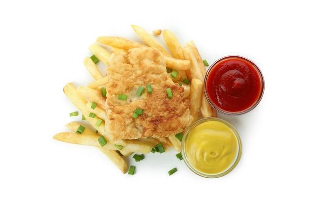 Pesce fritto e patatine fritte e salse isolate su bianco