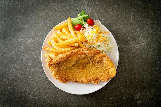 Filetto di pesce fritto e chips di patate con mini insalata