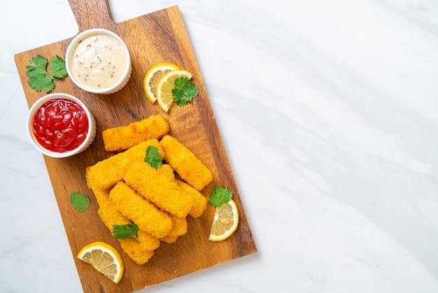 Stecco di pesce fritto o patatine fritte con salsa