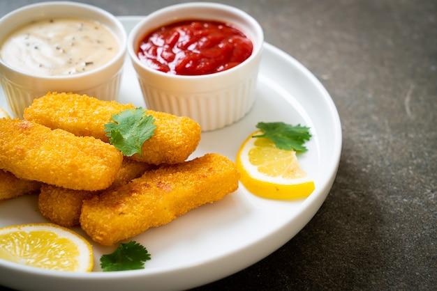 Bastoncini di pesce fritto o patatine fritte con salsa