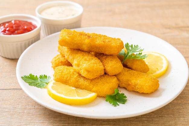 Stecco di pesce fritto o patatine fritte