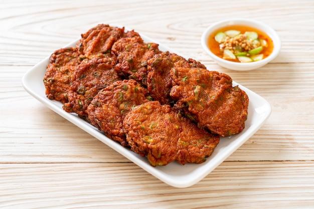 Polpette di pasta di pesce fritte o torta di pesce fritta. stile di cibo asiatico