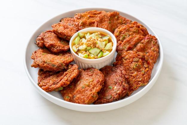 Polpette di pasta di pesce fritte o torta di pesce fritta - stile alimentare asiatico