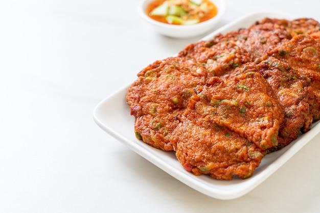 Polpette di pasta di pesce fritte o torta di pesce fritta - stile di cibo asiatico
