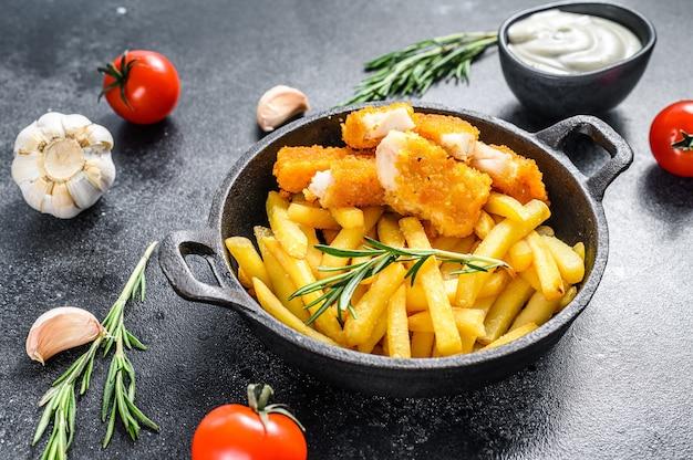 Bastoncini di pesce fritti con patatine fritte fish fingers british fish and chips, patate fritte