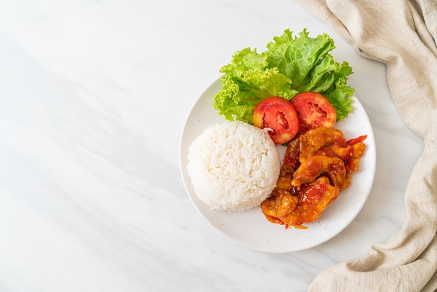 Pesce fritto condito da 3 gusti salsa chili con riso su piastra bianca