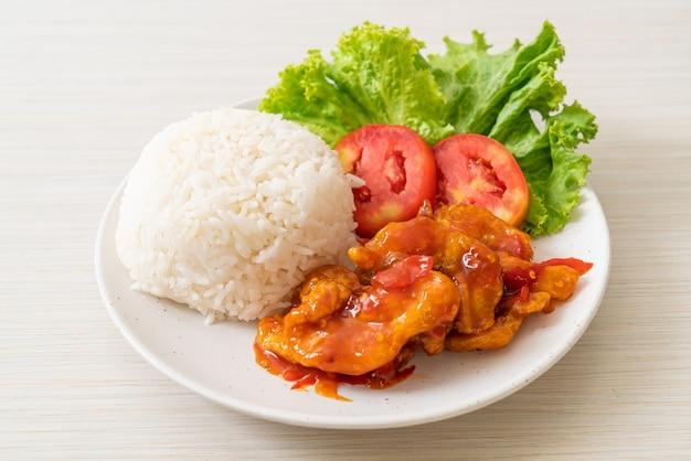 Pesce fritto condito da salsa chili 3 gusti con riso