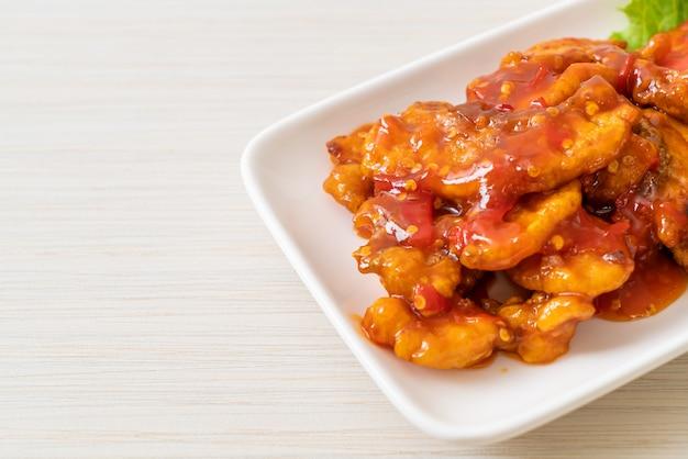 Pesce fritto condito con salsa al peperoncino 3 gusti (agrodolce, piccante)