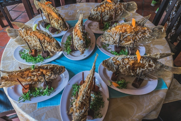 Pesce fritto cibo tradizionale vietnamita