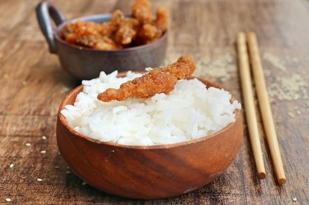 Pesce fritto con sesamo bianco