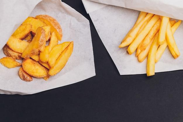Patate fritte fritte su un piatto sul tavolo di legno.