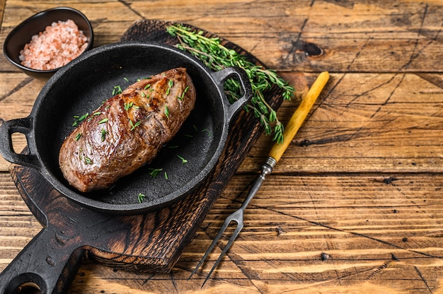 Bistecca di carne di coscia di agnello fritta in padella