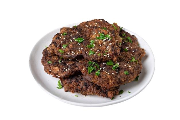 Pezzi di fegato fritto su un piatto isolato su uno sfondo bianco
