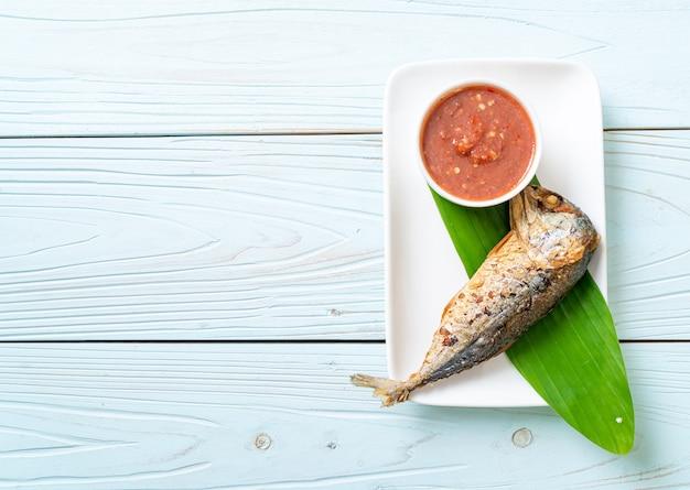Pesce sgombro fritto con salsa di pasta di gamberi piccanti