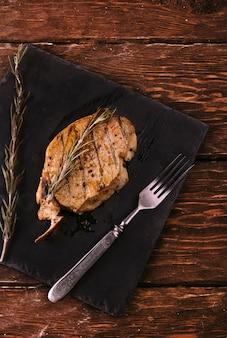 Carne fritta su fondo di legno