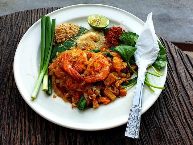 Tagliatelle fritte alla thailandese pad thai con gamberi