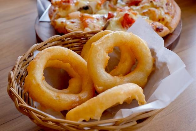 Anelli di cipolla fritti. side dish.fast food