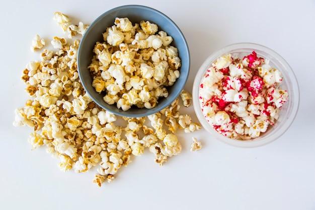 Popcorn fritti in ciotola su fondo bianco
